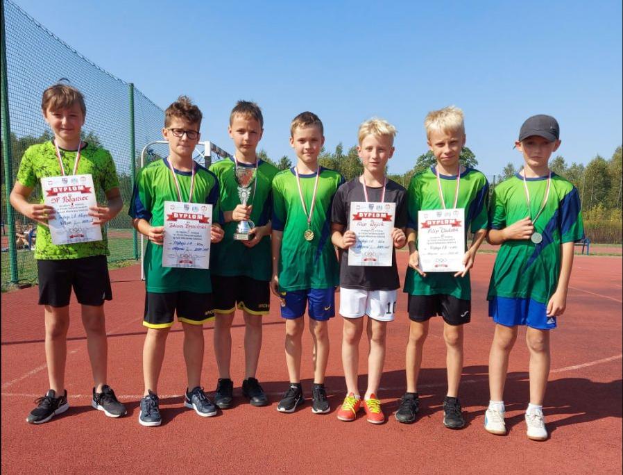 Siedmiu zawodników z pucharem, medalami i dyplomami