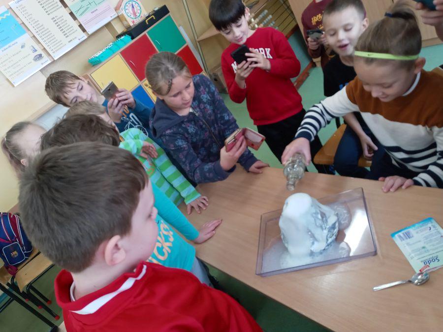 Uczniowie klasy IId wykonują eksperyment z Żywiołem Ziemia-wybuch wulkanu.
