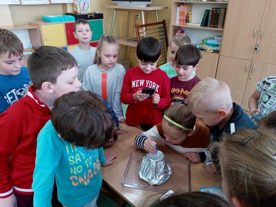 Uczniowie z klasy IId przygotowują eksperyment-wybuch wulkanu.