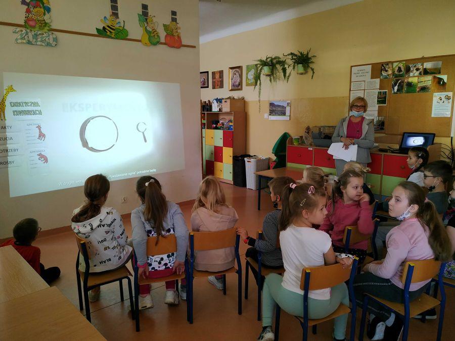 Dzieci poznają eksperymenty o ogniu w prezentacji multimedialnej.