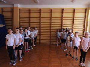 Dwie drużyny uczniów na sali gimnastycznej - sztafeta ortograficzna.